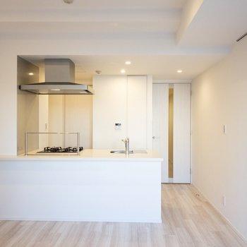 【LDK】窓側からキッチンが見えます。