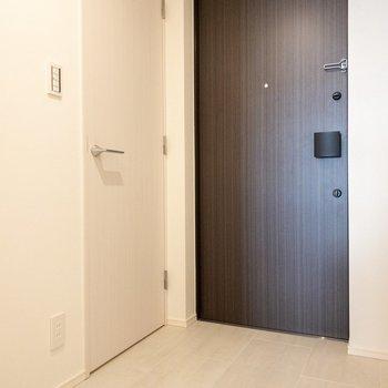 左の扉は靴箱です。
