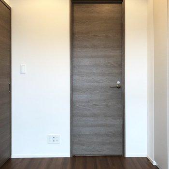 【Bed room】サニタリーへ続くドア。