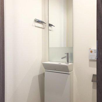 トイレにも鏡付き洗面台。