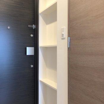 玄関ドア向かって右側は、魅せる収納棚ですね。