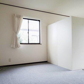 【洋室①】二面採光で日当たり良好です※写真は前回募集時のものです