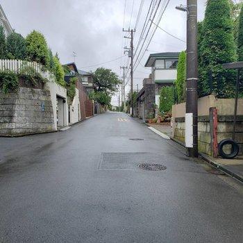 駅からのまっすぐ坂道