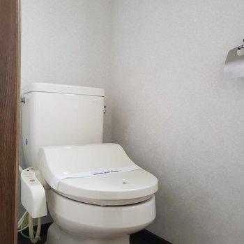 【1階トイレ】ウォシュレット付きトイレです※写真は前回募集時のものです