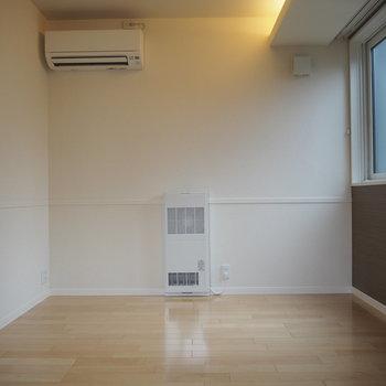 ここは2階の洋室。エアコンもあるなんて贅沢ね