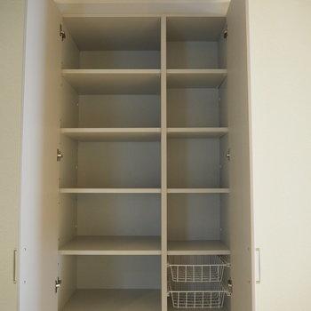 キッチン横の収納。ここには食器をしまおうかな〜