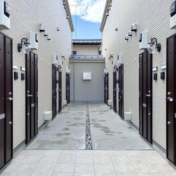 整然と並んだドアたち。