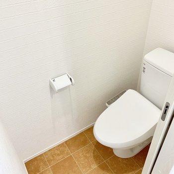 引き戸で開けるトイレ。開けっ放しで見えても可愛いテラコッタ風の床です◎