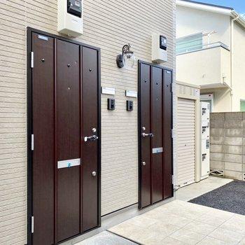 105号室は手前のドア。右隣は上のお部屋の方のドアです。
