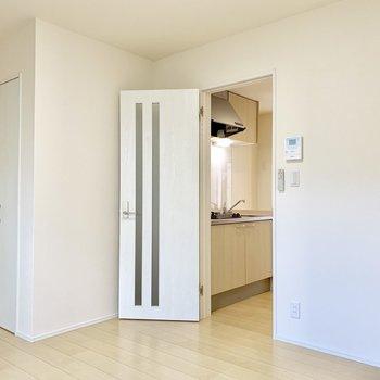 キッチンから白いドアを開けてお部屋へと。