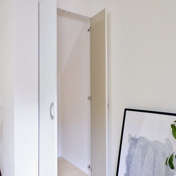 階段下の部分も有効的な収納に。掃除用具などちょうどよいです。※家具・雑貨はサンプルです