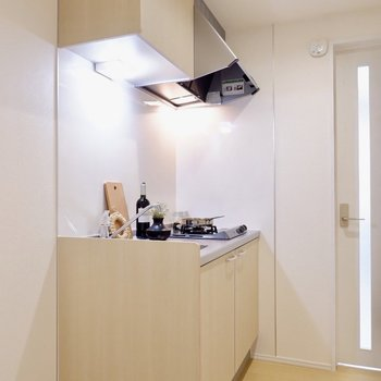 キッチンスペースも人の行き来ができるくらいゆとりあります。※家具・雑貨はサンプルです