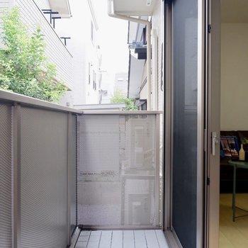 洗濯物はバルコニーに。竿掛けがあります。※写真は1階の同間取り別部屋のものです