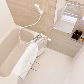 浴室は1人暮らしには十分なサイズ感です。※写真は1階の同間取り別部屋のものです