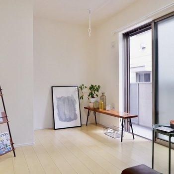 白を基調とした1階でも明るく感じるお部屋です。※写真は1階の同間取り別部屋のものです