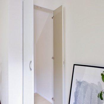 階段下の部分も有効的な収納に。掃除用具などちょうどよいです。※写真は1階の同間取り別部屋のものです