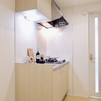 キッチンスペースも人の行き来ができるくらいゆとりあります。※写真は1階の同間取り別部屋のものです