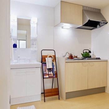 キッチンスペースもゆったりしていますね。※家具・雑貨はサンプルです