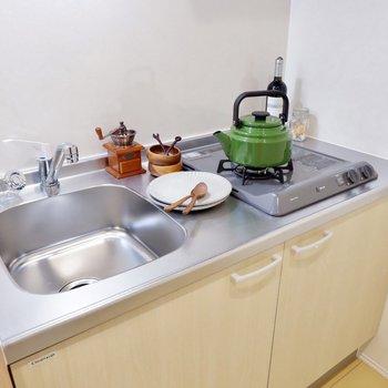 2口コンロで料理の幅も広がりますね。※家具・雑貨はサンプルです