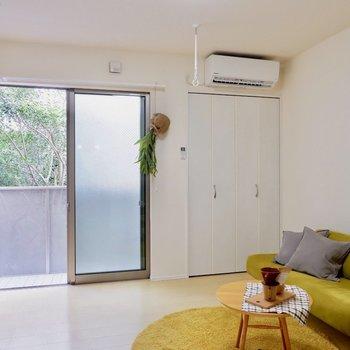 白を基調としたお部屋、自然と明るく感じます。※家具・雑貨はサンプルです