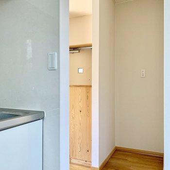 あのくぼみに冷蔵庫ですね。