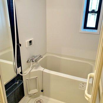 小窓付きのお風呂は、うれしい追い焚き付き!※クリーニング前の写真です。