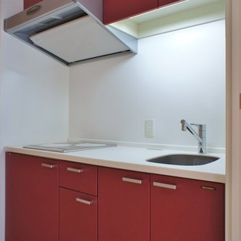 真っ赤なキッチンが◎※写真は同タイプ6階のお部屋のもの