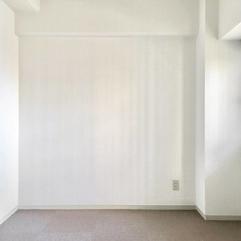 玄関横の洋室。床はカーペットになっています。