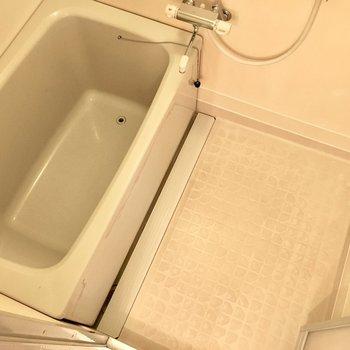 お風呂はレトロな空気感。