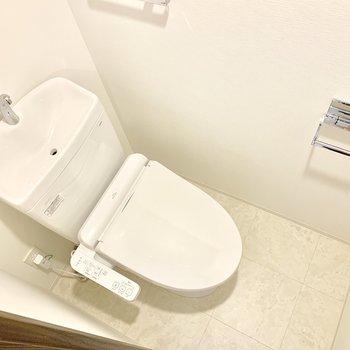 トイレは清潔感が溢れます。上部に収納棚もありますよ。※写真は3階の同間取り別部屋のものです
