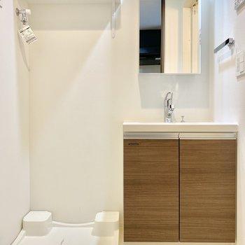 洗濯機は脱衣所に。脱いだらすぐポイできる距離感。※写真は3階の同間取り別部屋のものです