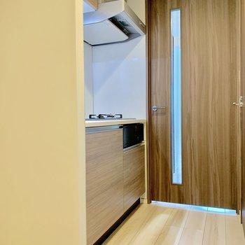 冷蔵庫は左手のくぼみに。※写真は4階の同間取り別部屋のものです