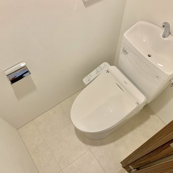 トイレは上部に収納棚も付いています。※写真は4階の同間取り別部屋のものです