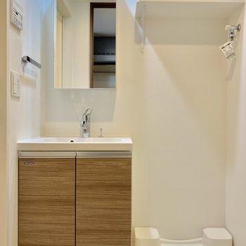 洗濯機は脱衣所に。脱いだらすぐポイできる距離感。※写真は4階の同間取り別部屋のものです