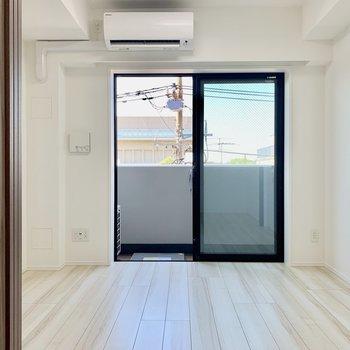 白さが光るシンプルなお部屋。※写真は4階の同間取り別部屋のものです