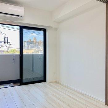 ベッドは窓際に寄せるのが良さそうです。※写真は4階の同間取り別部屋のものです