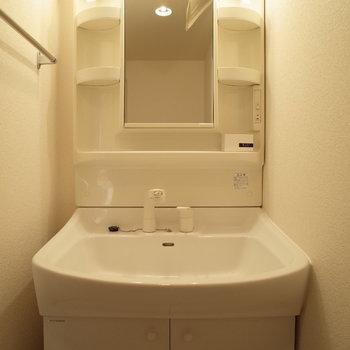 脱衣所は少し狭めかな。(※写真は9階の同間取り別部屋のものです)