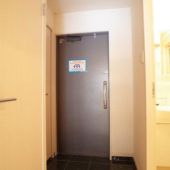 玄関が大人な感じなんだよなぁ(※写真は9階の同間取り別部屋のものです)