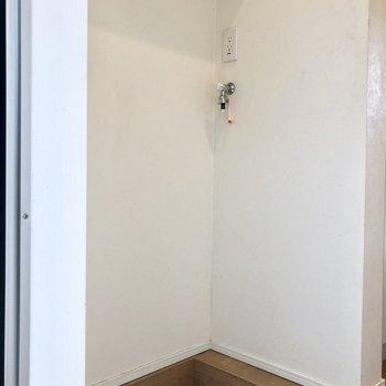 洗濯機置場は玄関入ってすぐ左手。