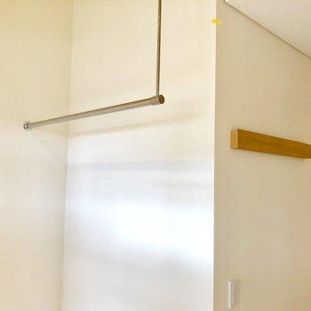 物をかけられるポールが。長押は壁面収納に使えそう。