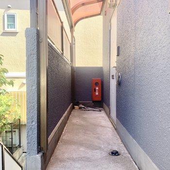 お部屋は階段すぐの角部屋です