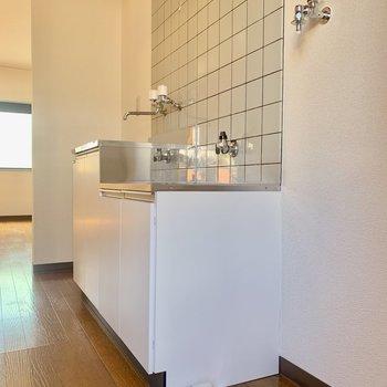 奥が冷蔵庫、手前が洗濯機置き場になります