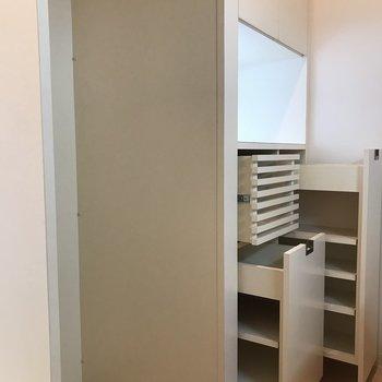 キッチン後ろには食器棚が! 食器、調味料、お米、何でも収まりそう! 横のスペースは冷蔵庫!