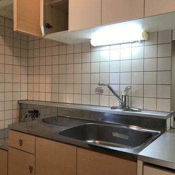 白いタイル貼りがかわいいキッチン♪