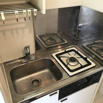 スペースをとらないコンパクトサイズのキッチン! 横にはちょっとしたスペースが、 スリムな食器棚を置きましょう