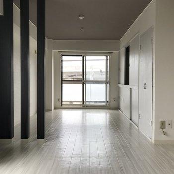シンプルな柱でリビングと洋室が仕切られてます 開放感があっていいですね◎