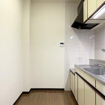 後ろにスペースもありますのでキッチン家電も食器棚も置けますね◎(※写真は3階の同間取り別部屋のものです)