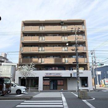 6階建ての鉄筋コンクリートマンションです。