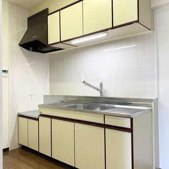 シンクも作業スペースもゆったりなキッチン。浄水器付き水栓とタッチレス灯が採用されています。(※写真は3階の同間取り別部屋のものです)