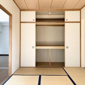角の取れた中段が優しい雰囲気◎天袋もあって容量たっぷりですね。(※写真は3階の同間取り別部屋のものです)